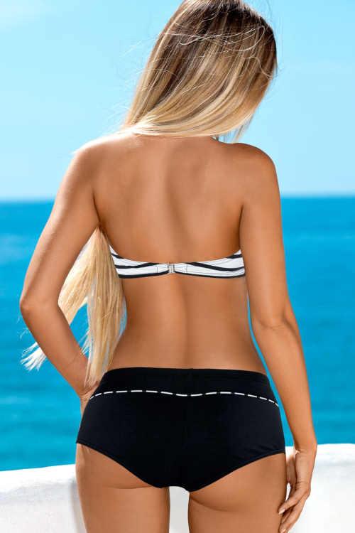 Kształtne, dwuczęściowe bikini w kolorze czarnym i białym.
