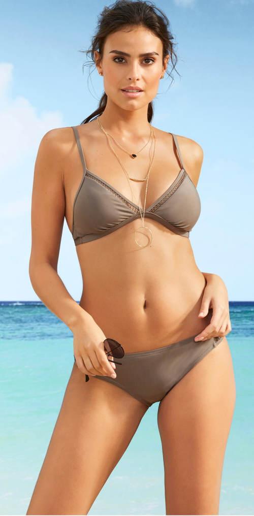 Trójkątne bikini z koronkowymi detalami